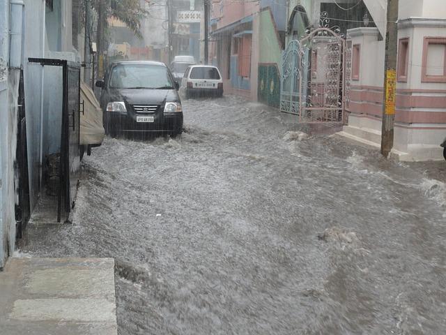 Tips Menghadapi Banjir Saat Mengemudi