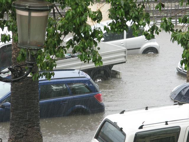 Mobil Anda Terendam Banjir, Apa Yang Harus Anda Lakukan?