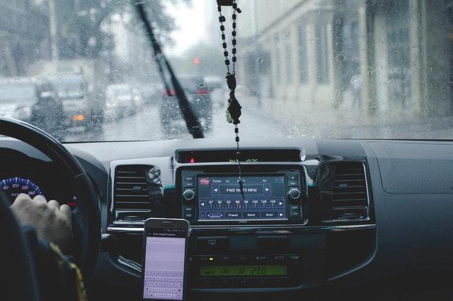 Inilah Tips Mengendarai Mobil Saat Hujan Yang Aman Dan Benar!
